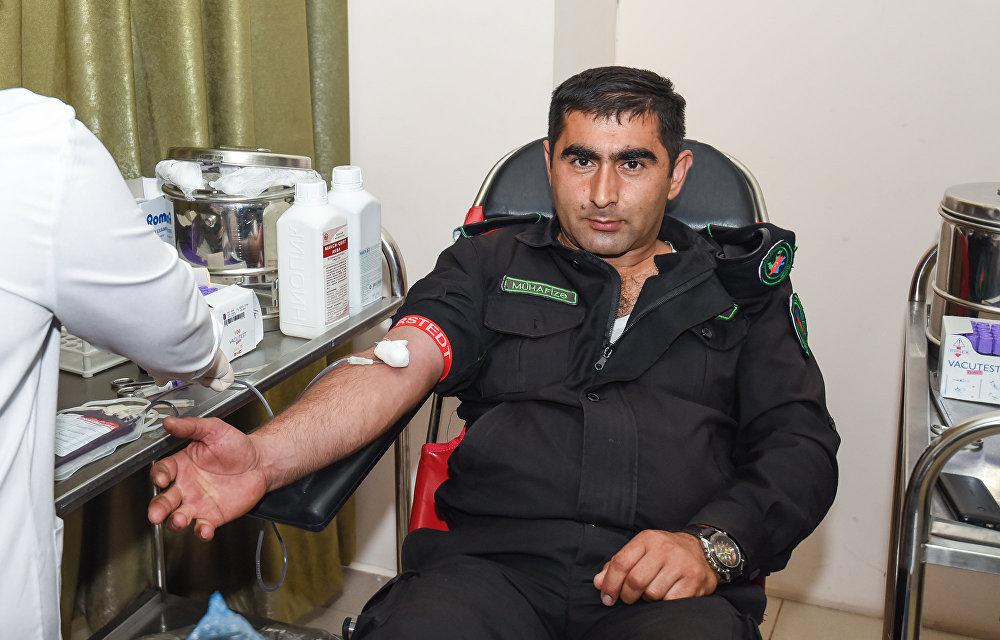 Аллахшукюр Пашазаде, Камал Абдулла и остальные официальные лица сдали кровь