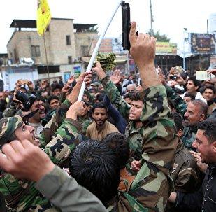 Протестующие выкрикивают лозунги во время демонстрации, призывая к немедленному выводу турецких войск из Северного Ирака