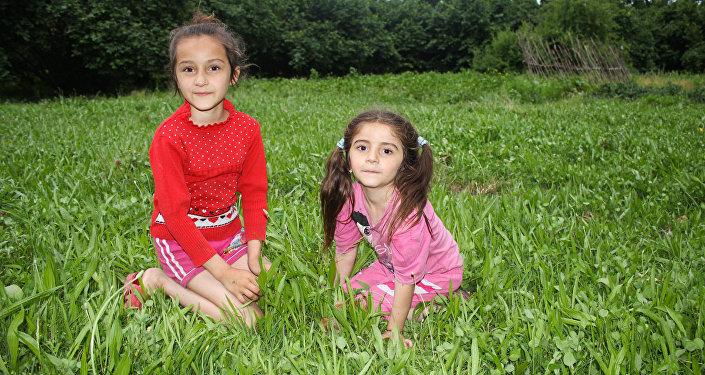 Девочки на лесной лужайке