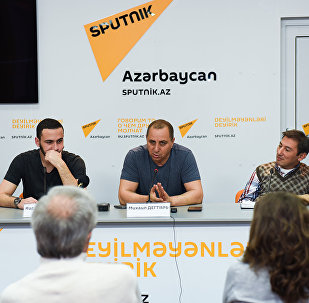 В Мультимедийном пресс-центре Sputnik Азербайджан прошла встреча с журналистами кинопродюсера Михаила Дегтяря на тему Фильм Коробка