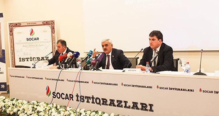 Главный консультант SOCAR по рынку капиталов Али Агаоглу, президент SOCAR Ровнаг Абдуллаев и председатель правления Бакинской фондовой биржи Фариз Азизов