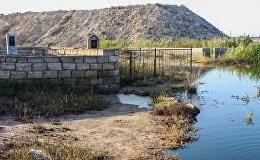 Bakının Kürdəxanı qəsəbəsindəki qəbiristanlığın bir hissəsi gölün içindədir
