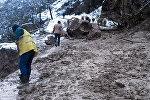 На дорогу Губа-Хыналыг сошла снежная лавина и обрушились обломки скалы