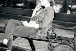 Девушка, курящая на скамейке
