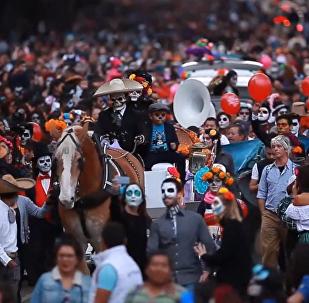 Мертвецы на параде в Мехико демонстрируют яркие наряды и черепа