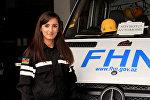 Айтен Рафиева возле автомобиля экстренной помощи