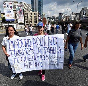 Люди протестуют против правительства президента Венесуэлы Николаса Мадуро в Каракасе,  26 октября 2016 года