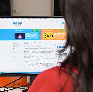 Девушка за просмотром тестовой версии сайта Strartup.az