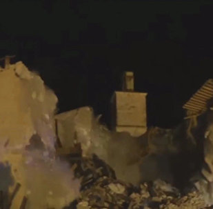 Землетрясение в Италии обрушило церковь XV века. Кадры инцидента