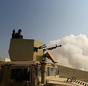 Солдат иракской армии на бронетранспортере в Кайяра к югу от Мосула, 23 октября 2016 года