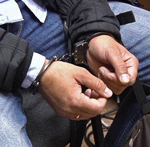 Закованный в наручники мужчина, фото из архива