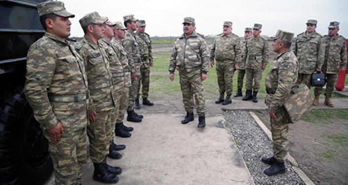 Министр обороны Закир Гасанов принимает доклад руководства полигона
