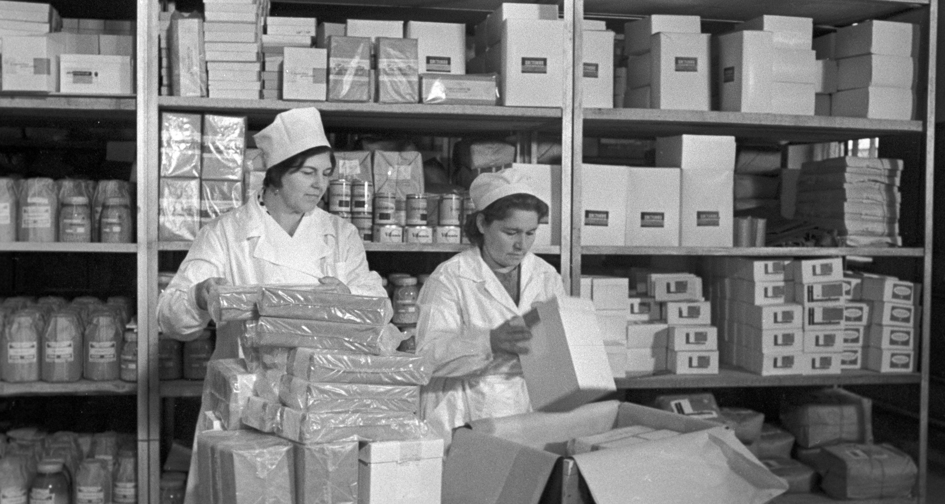 Общество Красного Креста и Красного Полумесяца СССР готовит медикаменты для отправки пострадавшим от землетрясения 1968 года в Иранской провинции Хорасан