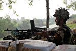 Солдат индийской армии в бункере вблизи границы с Пакистаном, 30 сентября 2016 года