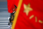 Pekində Çinin dövlət bayrağını saxlayan rəsmi qarovul əsgəri, arxiv şəkli