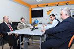 Слева направо: политологи Фикрет Садыхов, Ильгар Велизаде, Эльхан Шахиноглу и российский эксперт Олег Кузнецов в Мультимедийном пресс-центре Sputnik Азербайджан
