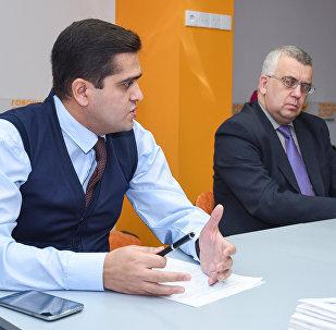 Политолог Эльхан Шахиноглу (слева) и российский эксперт Олег Кузнецов в Мультимедийном пресс-центре Sputnik Азербайджан