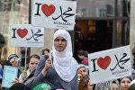 Женщина во время акции в поддержку мусульман держит плакат с надписью Я люблю Мухаммеда, Германия, Гамбург, 29 сентября 2012 года