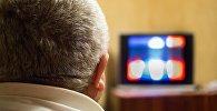 Мужчина за просмотром телевизора, архивное фото