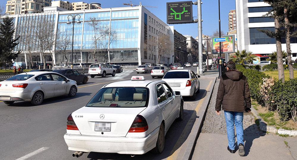 Незаконно припаркованные такси на улице Рашида Бейбудова в Баку, фото из архива