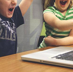 Подростки за компьютером, фото из архива