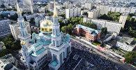 Мусульмане перед намазом у Соборной мечети в Москве, архивное фото