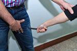 Женщина наносит удар ножом, фото из архива