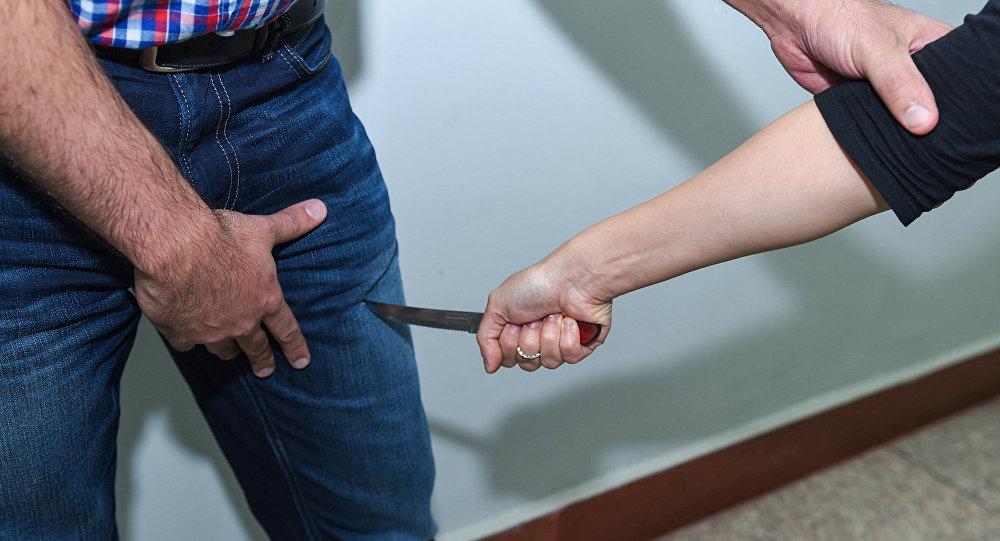 qadın kişini bıçaqlayır