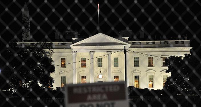 Белый дом на фоне таблички с надписью Служебная зона, не входить, Вашингтон, США, архивное фото