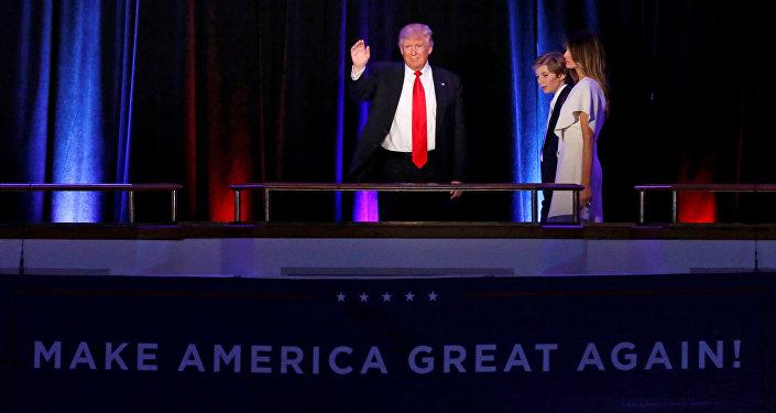 Избранный президент США Дональд Трамп приветствует сторонников в Манхэттене, Нью-Йорк