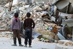 Partlayışdan sonra dağıntılara baxan uşaqlar, Aleppo