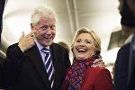 Хиллари Клинтон с мужем Биллом во время предвыборной кампании в Международном аэропорту Филадельфии, 7 ноября 2016 года