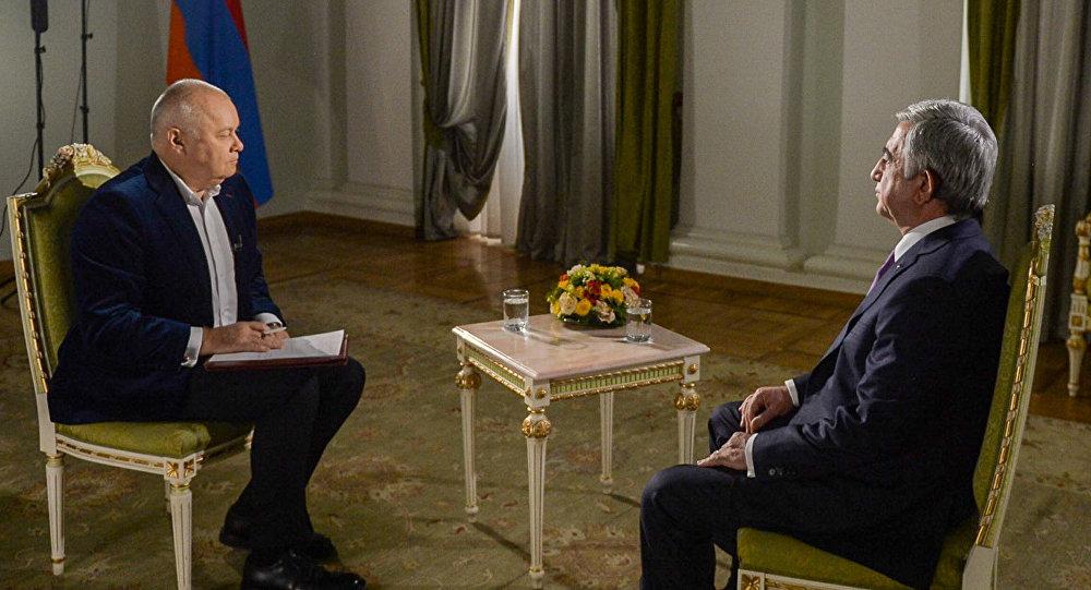 Ermənistan prezidenti Serj Sarkisyan və Rossiya seqodnya BİA-nın baş direktoru Dmitri Kiselyov