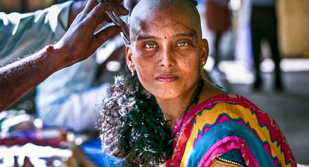 Hindistanın Hiruttani şəhərində 28 yaşındakı Rupa saçlarını dibindən kəsdirir