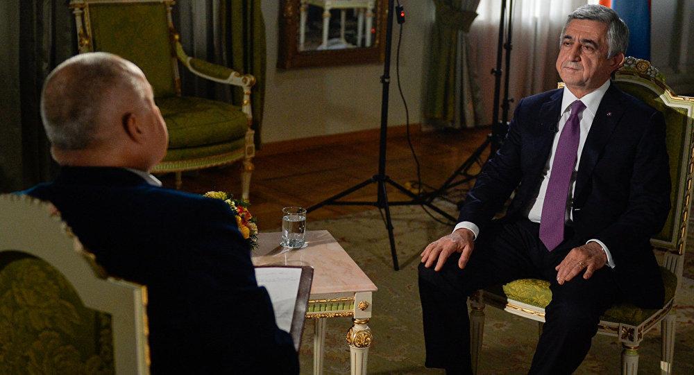 Ermənistan prezidenti Serj Sarkisyan Rossiya seqodnya BİA-nın baş direktoru Dmitri Kiselyova Sputnik Ermənistan üçün müsahibə verir