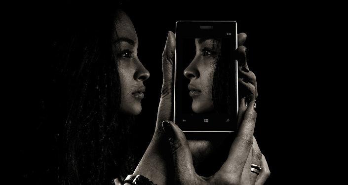 Девушка и ее отражение на экране смартфона