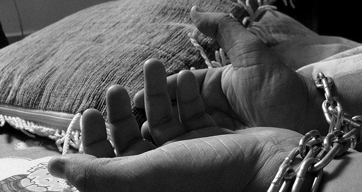 Женские руки в цепях, фото из архива