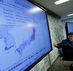 Yaponya Meteoroloji Agentliyinin işçisi Koji Nakamura, zəlzələ ilə bağlı məlumat verir