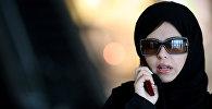 Девушка говорит по телефону в столице Саудовской Аравии Эр-Рияде, фото из архива