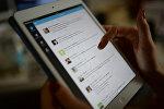 Страница сайта Twitter на экране планшетного компьютера, фото из архива