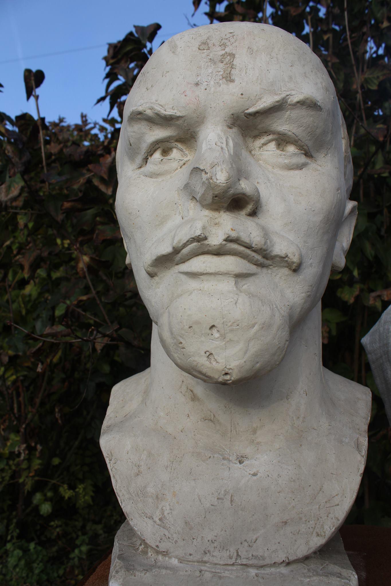 Qurban Abbasovun evindəki Leninin büstünü