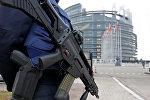 Французский полицейский стоит на страже перед Европейским парламентом в Страсбурге, Франция, 21 ноября 2016 года