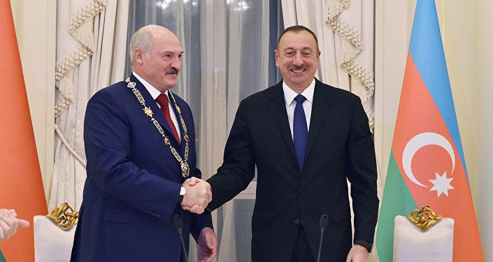 Ильхам Алиев вручает орден Гейдар Алиев Александру Лукашенко