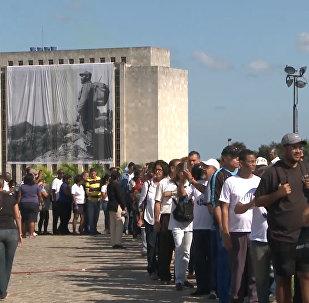 Для прощания с Кастро кубинцы выстроились в очередь