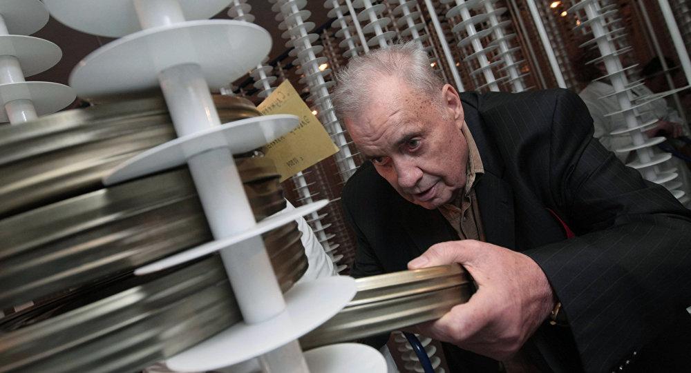 Кинорежиссер Эльдар Рязанов в новом здании Государственного фонда кинофильмов РФ, куда перевозят все архивы