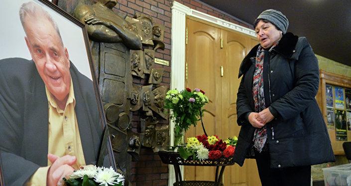 Москвичи возлагают цветы к портрету народного артиста СССР режиссера Эльдара Рязанова, установленного в фойе киноклуба Эльдар