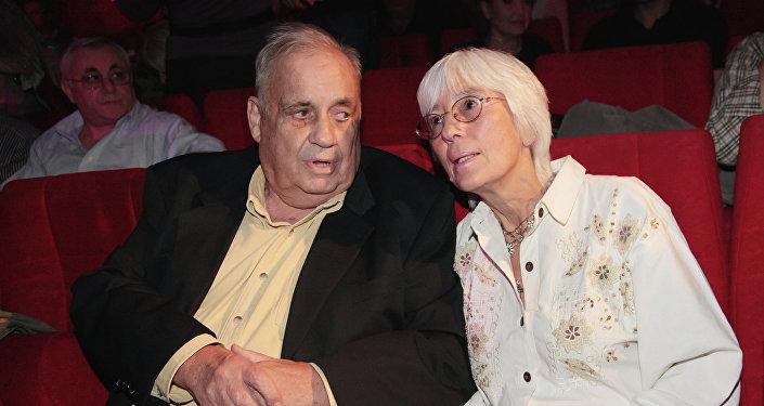 Кинорежиссер Эльдар Рязанов с супругой на закрытии VII кинофестиваля Московская премьера в Доме кино