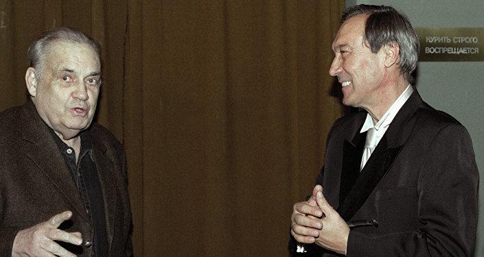 Кинорежиссер Эльдар Рязанов (слева) поздравляет народного артиста СССР Олега Янковского (справа) с 60-летием