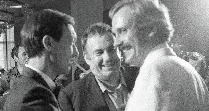 Народный артист РСФСР Олег Янковский (слева), режиссер Эльдар Рязанов (в центре) и народный артист РСФСР Никита Михалков (справа)