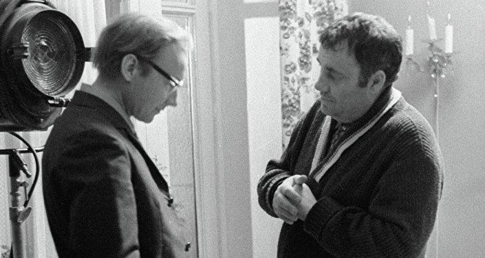 Режиссер Эльдар Рязанов (слева) и актер Андрей Мягков (слева) беседуют в перерыве между съемками